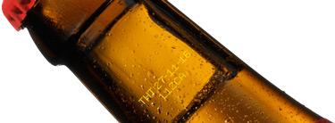 Coderen-op-glazen-fles--met-gele-inkt-met-kleinkarakterinkjet