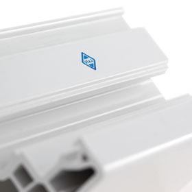 Kortho-Hotprinter-logo-printen-op-kunststop-profiel-voor-raamkozijn-Reha-G