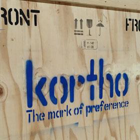 Produktmarkierung bzw. Produktcodierung  aufgebracht mit Rol-It-On, den speziellen Rollen bzw. Pinseln für Tinten aus dem Hause Kortho. Die Schablonen aus Mylar oder Ölkarton wurden erstellt mit der Schabloniermaschine der amerikanischen Marke Diagraph. Von Kortho Kennzeichnungssysteme - Paderborn – Deutschland : Beispiel  1
